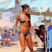 Sophie Charlotte mostra boa forma de biquíni em praia carioca e posa com fãs