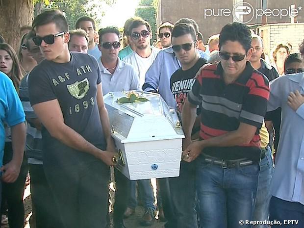 O corpo de Gessyca Morais, filha do cantor Giovani, foi enterrado nesta quarta-feira (15 de janeiro de 2014)