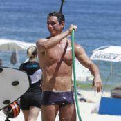 Márcio Garcia toma banho de mangueira e exibe boa forma na praia da Barra, no RJ