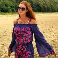 Cor e tendência: Marina Ruy Barbosa aposta no vestido com decote ciganinha, nas cores roxo e rosa, para curtir praia em Fernando de Noronha, em 29 de dezembro de 2016