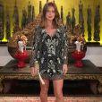 Em sua viagem à Tailândia, Marina Ruy Barbosa usou vestido curtinho repleto de brilhantes para jantar com o noivo, Xandinho Negrão em um hotel em Chiang Mai