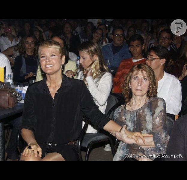 De férias da TV, Xuxa antecipou a volta das férias que passava com Junno nos EUA para ficar ao lado da mãe, que está no CTI do hospital Barra'Or, no Rio de Janeiro