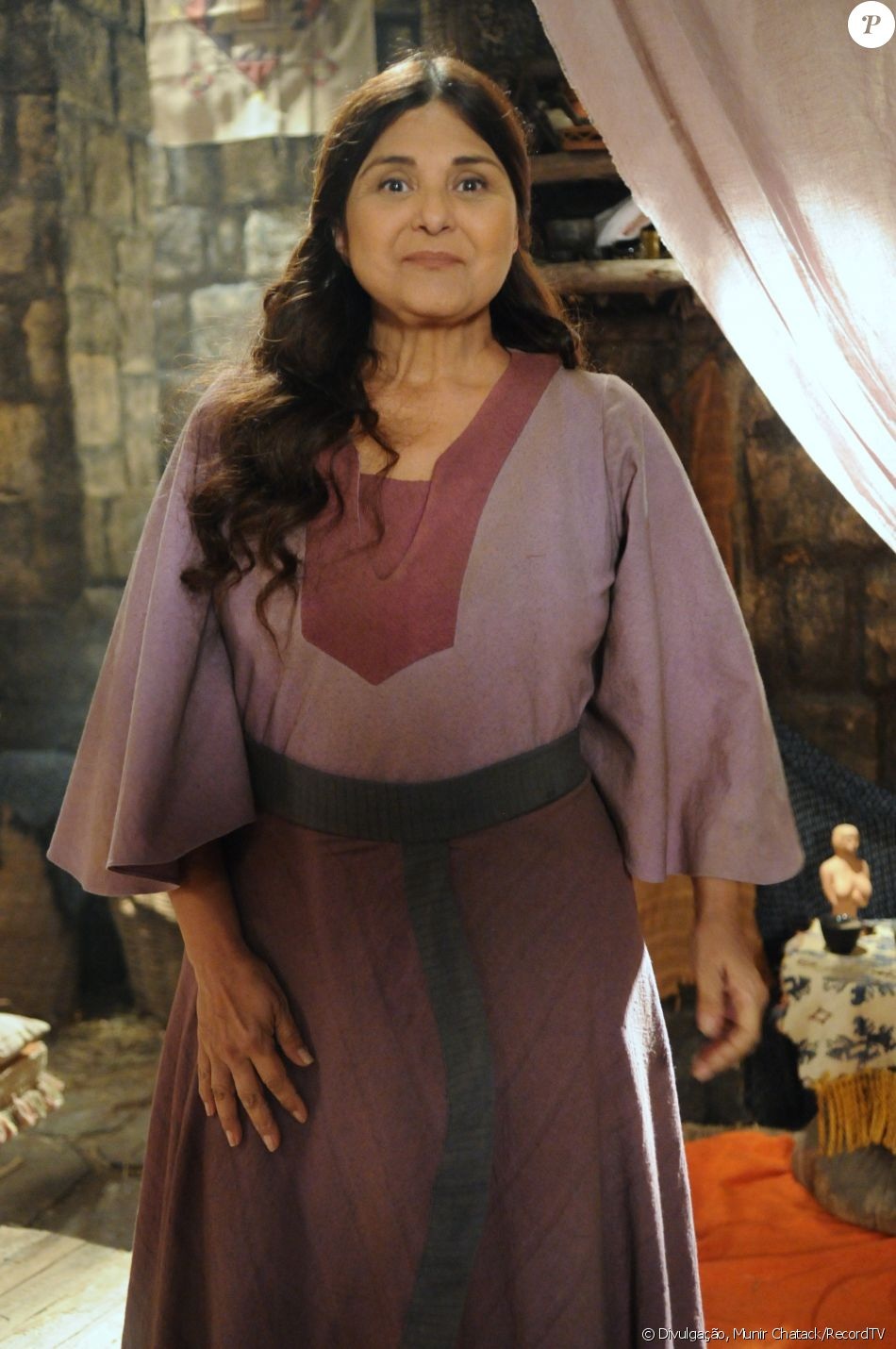 Milah (Elizângela) é obrigada a deixar o acampamento após descobrir que está com lepra, na novela 'A Terra Prometida'