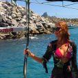 Marina Ruy Barbosa apostou em um bíquini rosa e saída de praia transparente para o passeio entre amigos