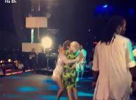 Ivete Sangalo dança com idosa de 76 anos e brinca: 'Esse peito é seu?'. Vídeos!