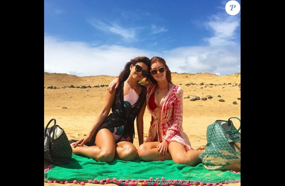 Marina Ruy Barbosa posa com Paula Fernandes em praia de Fernando de Noronha, em 31 de dezembro de 2016