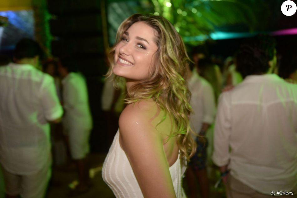 Sasha passa o Réveillon em Trancoso dançando com amigos