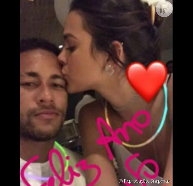 Bruna Marquezine e Neymar trocando carinhos foi o ponto alto do réveillon dos famosos. Confira!