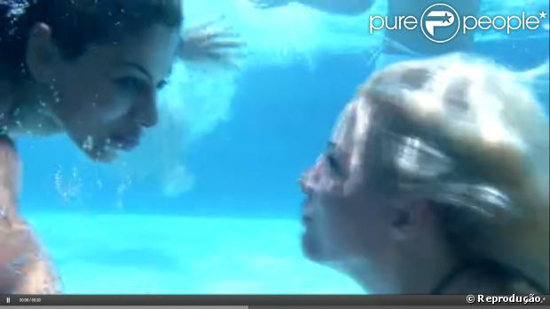 Clara e Vanessa aproveitaram um momento de lazer na casa do 'BBB' e mergulharam juntas nesta quarta-feira, 22 de janeiro de 2014