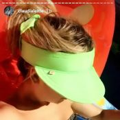 Claudia Leitte ostenta boa forma e exibe cintura fina de biquíni. Veja vídeo!