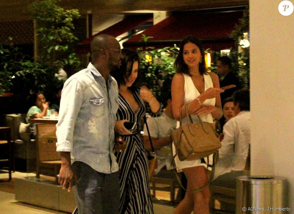 Bruna Marquezine apostou em vestido curto e decotado para jantar com Fernanda Souza e Thiaguinho na noite desta terça-feira, 3 de janeiro de 2017
