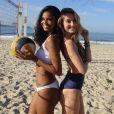 Aline Dias e Barbara França aproveitam dia quente para jogar vôlei