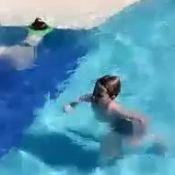 Claudia Leitte mostra os filhos, Davi e Rafael, brincando na piscina. Veja vídeo