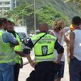 Pedro Novaes, filho de Leticia Spiller e Marcello Novaes, conversa com guardas após acidente com carro que usava
