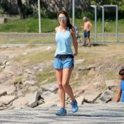 Patricia Poeta exibe corpo em forma durante exercício na orla da praia. Fotos!