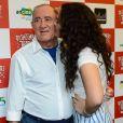 Renato Aragão ganha beijo da filha caçula, Lívian, em lançamento de filme