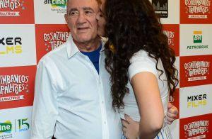 Renato Aragão ganha beijo da filha caçula, Lívian, em lançamento de filme. Fotos