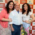 Renato Aragão posa para as fotos ao lado da filha caçula, Lívian, e da mulher,  Lílian Taranto, com quem está casado desde 1991
