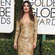 Priyanka Chopra investiu em um vestido midi dourado de Ralph Lauren