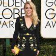 Em um vestido preto com estampa flora, Busy Philipps foi ao Globo de Ouro de Stella McCartney