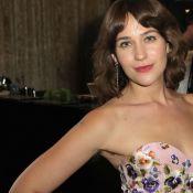 Lola Kirke divide opiniões na web com axilas peludas no Globo de Ouro. Fotos!