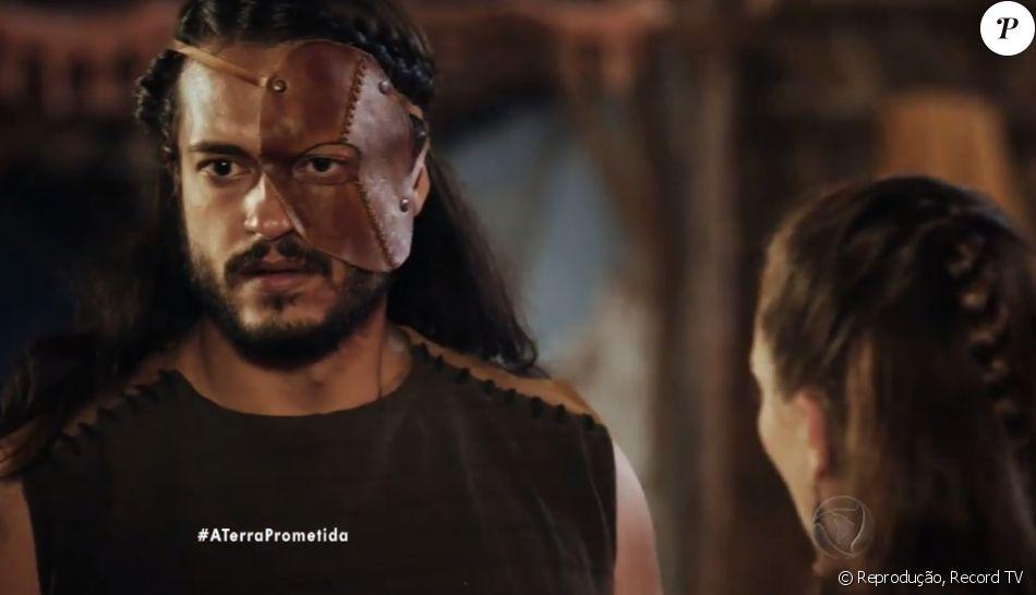 Tobias (Raphael Vianna) empurra a cabeça de Yana (Luciana Braga) em uma tigela de água, no capítulo de sexta-feira, 20 de janeiro de 2017, da novela 'A Terra Prometida'