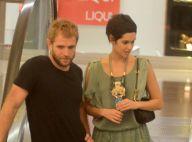 Maria Flor passeia com namorado em shopping e é tietada por fãs. Veja fotos!