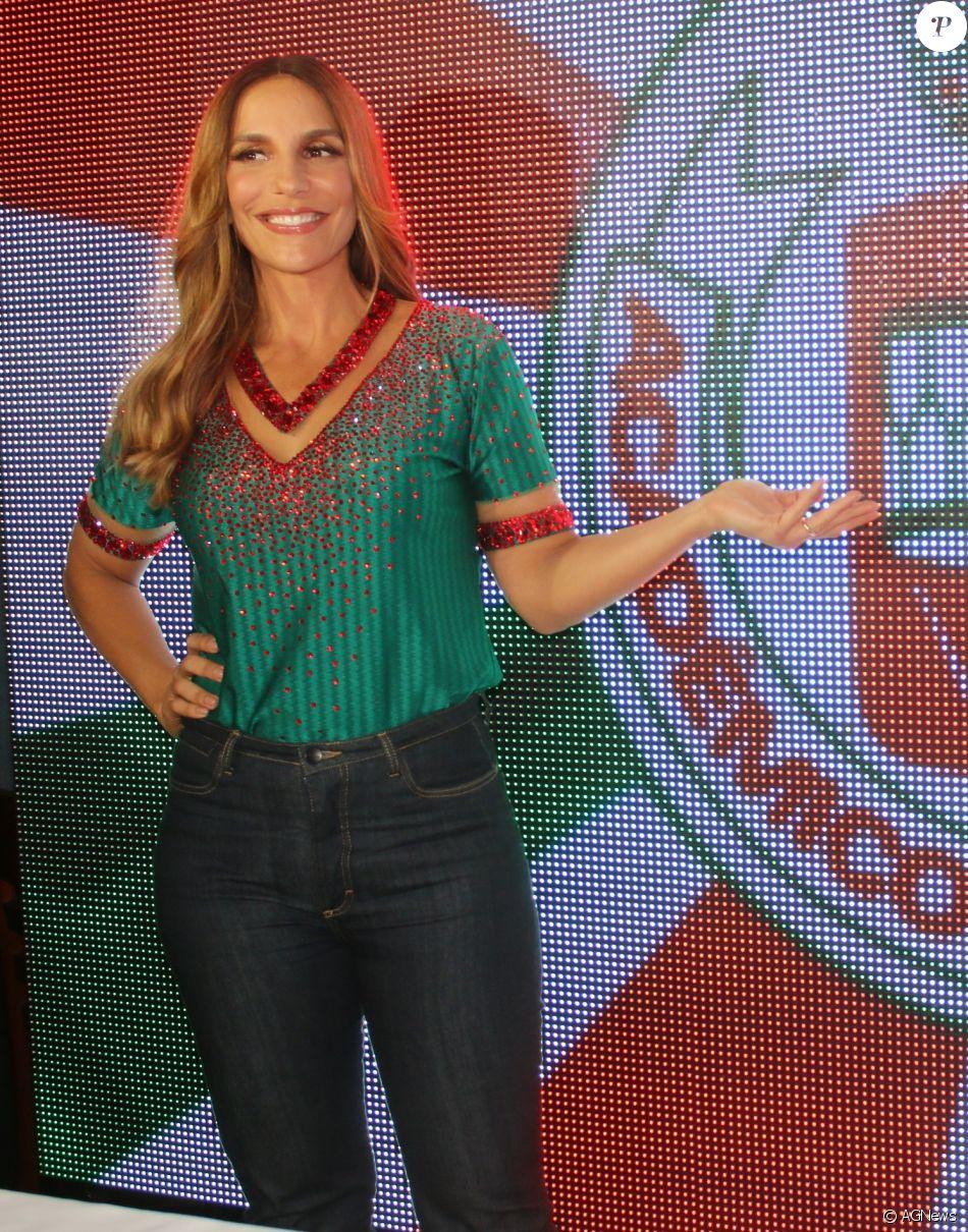 Ivete Sangalo marcou presença em evento promovido pela escola de samba Grande Rio, na noite desta segunda-feira, 9 de janeiro de 2016