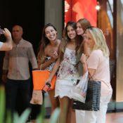 Marina Ruy Barbosa, de volta ao Rio, posa com fãs em shopping. Fotos!