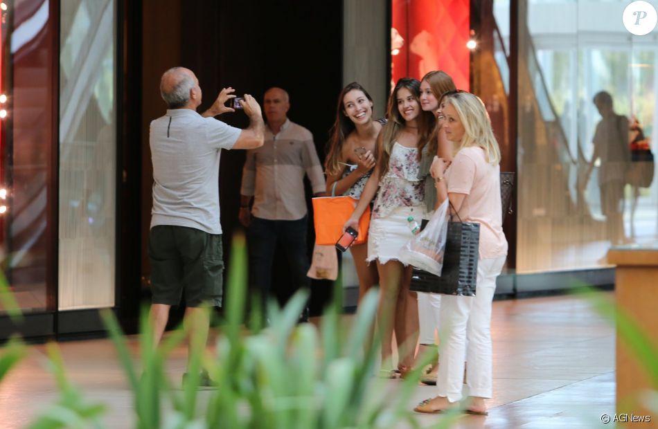 Marina Ruy Barbosa, de volta ao Rio, posa para fotos com fãs no shopping nesta terça-feira, dia 10 de janeiro de 2017