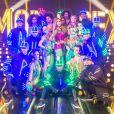 Fernanda Lima posa  com os bailarinos no palco do programa 'Amor & Sexo'