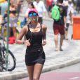 Letícia Wiermann, do Faustão, corre com roupa preta sob o sol escaldante do Rio