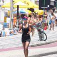 Letícia Wiermann, repórter do 'Domingão do Faustão' faz corrida na orla do Leblon, no Rio