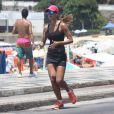 Letícia Wiermann se exercita na orla do Leblon, Zona Sul do Rio de Janeiro
