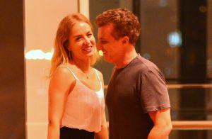 Férias! Luciano Huck e Angélica levam filhos para curtir o Havaí e trocam beijo