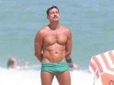 Tuca Andrada, de 'A Lei do Amor', curte praia no Rio e exibe corpo sarado