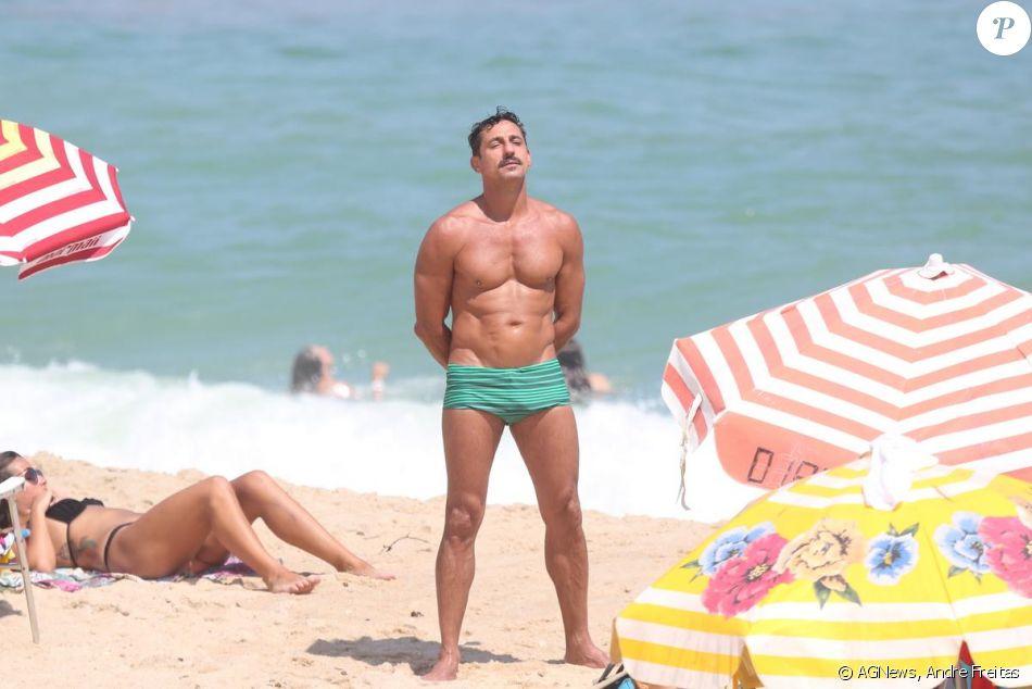 Tuca Andrada se bronzeou nas areias do Leblon, no Rio, neste sábado, 14 de janeiro de 2017