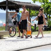 Danielle Winits, em meio a rumores de gravidez, evita mostrar a barriga na praia