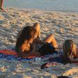 Fernanda Gentil se bronzeou na praia da Barra da Tijuca neste domingo, 15 de janeiro de 2017, na companhia de sua namorada, a também jornalista Priscila Montandon