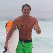 Romulo Neto exibe corpo sarado após tarde de surfe em praia do Rio