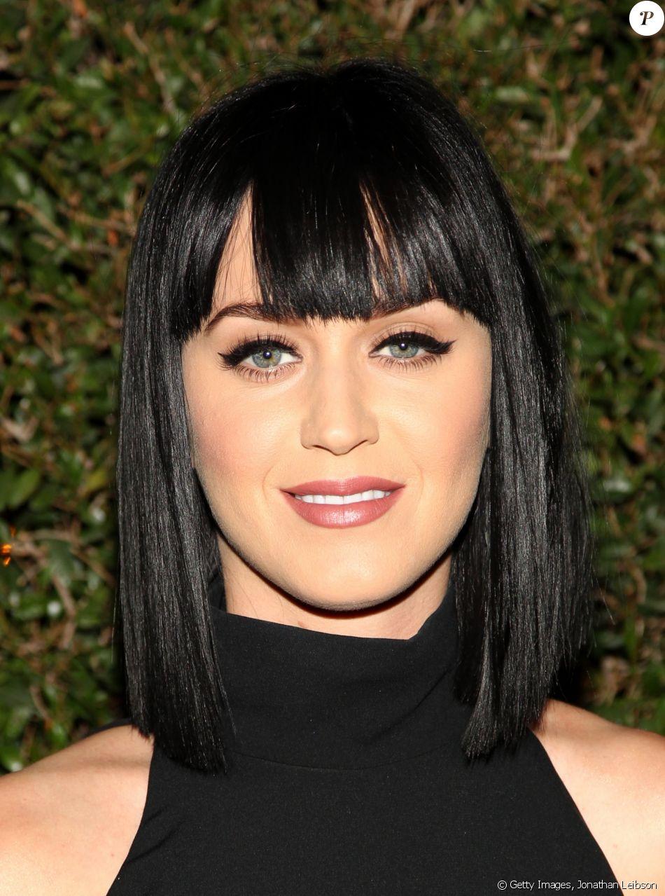 Katy Perry em março de 2014, usando o cabelo preto em um corte ...