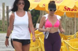 Giovanna Antonelli se protege do sol nas costas em caminhada por praia do Rio