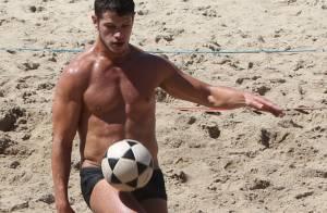 José Loreto exibe barriga sarada ao jogar futevôlei na praia, no Rio de Janeiro