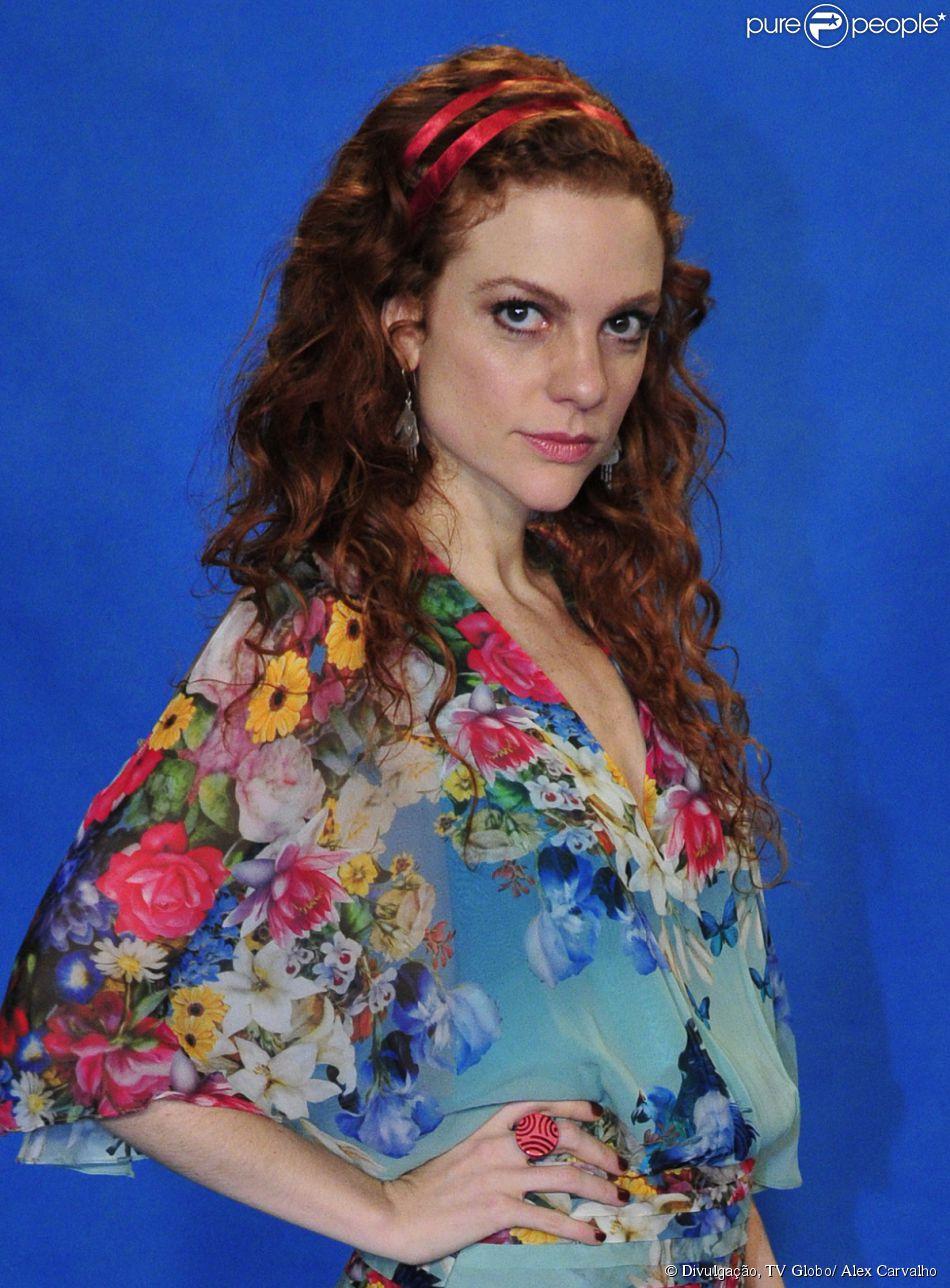 Vanessa (Maria Eduarda) é assistente de Marina (Tainá Müller) e morre de ciúmes dela, na novela 'Em Família'