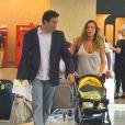Luciano Szafir com a mulher, Luhanna Melloni, e o filho do casal, David, no aeroporto Santos Dumont, no Rio de Janeiro