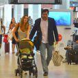 Luciano Szafir com a mulher, Luhanna Melloni, e o filho do casal, David no aeroporto Santos Dumont, no Rio de Janeiro