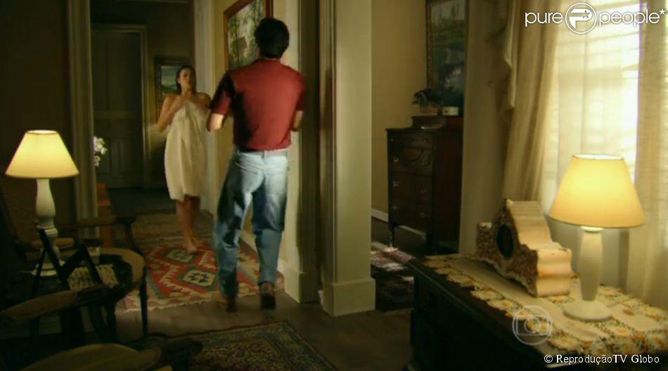 Bruna Marquezine aparece em cena enrolada numa toalha e, ao esbarrar com o namorado da tia, deixa a toalha cair no chão