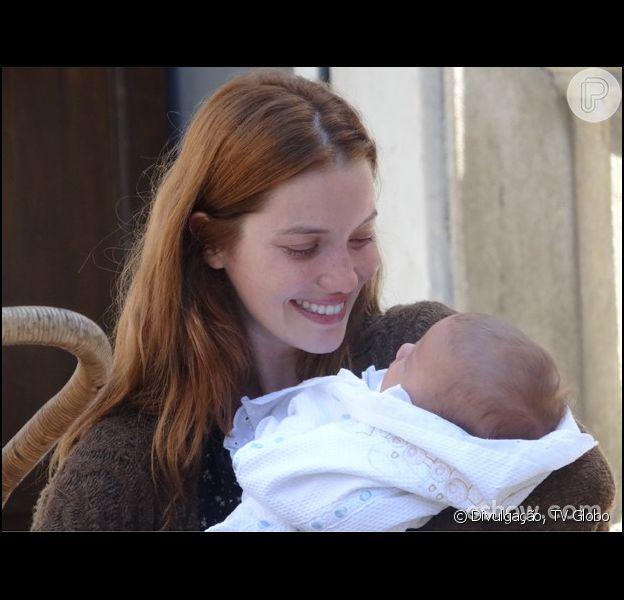 Após sofrer um acidente e ficar desmemoriada, Silvia (Nathalia Dill) segura novamente o filho nos braços, em 'Joia Rara', em 6 de fevereiro de 2014