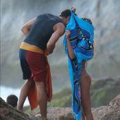 Cauã Reymond e Mariana Goldfarb fazem cabaninha para esconder beijo em praia