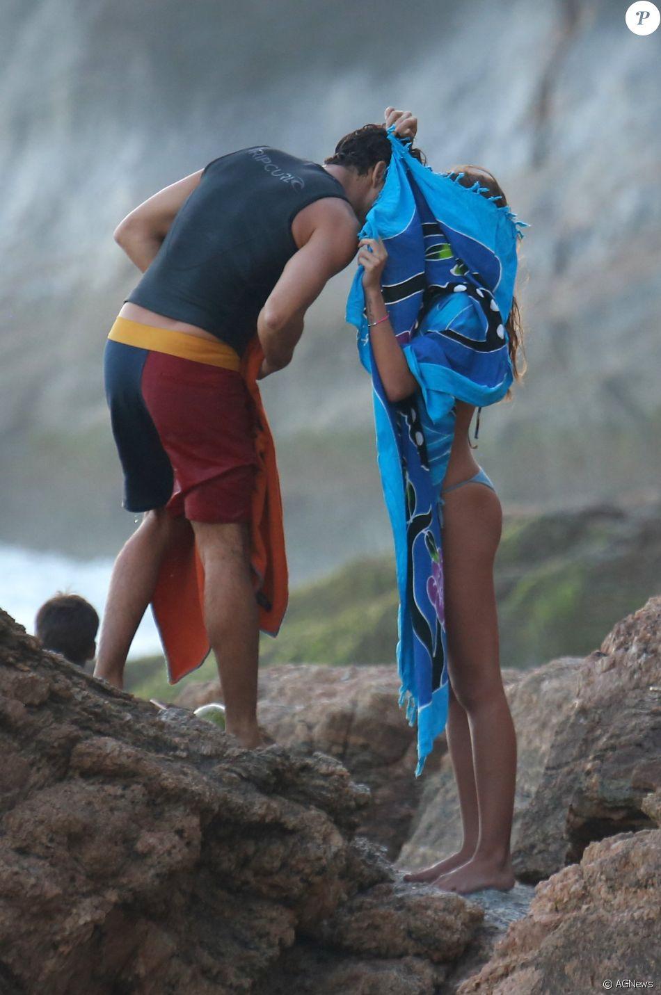 Cauã Reymond e Mariana Goldfarb curtiram a praia da Joatinga, na Zona Oeste do Rio, neste domingo, 12 de fevereiro de 2017. O casal usou uma canga para esconder um beijo